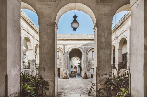 Logeertip in Puglia: waar geschiedenis en minimalisme elkaar ontmoeten