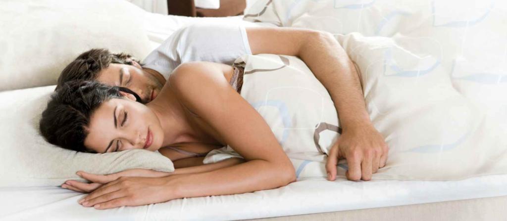 De 10 BESTE slaapposities voor koppels!