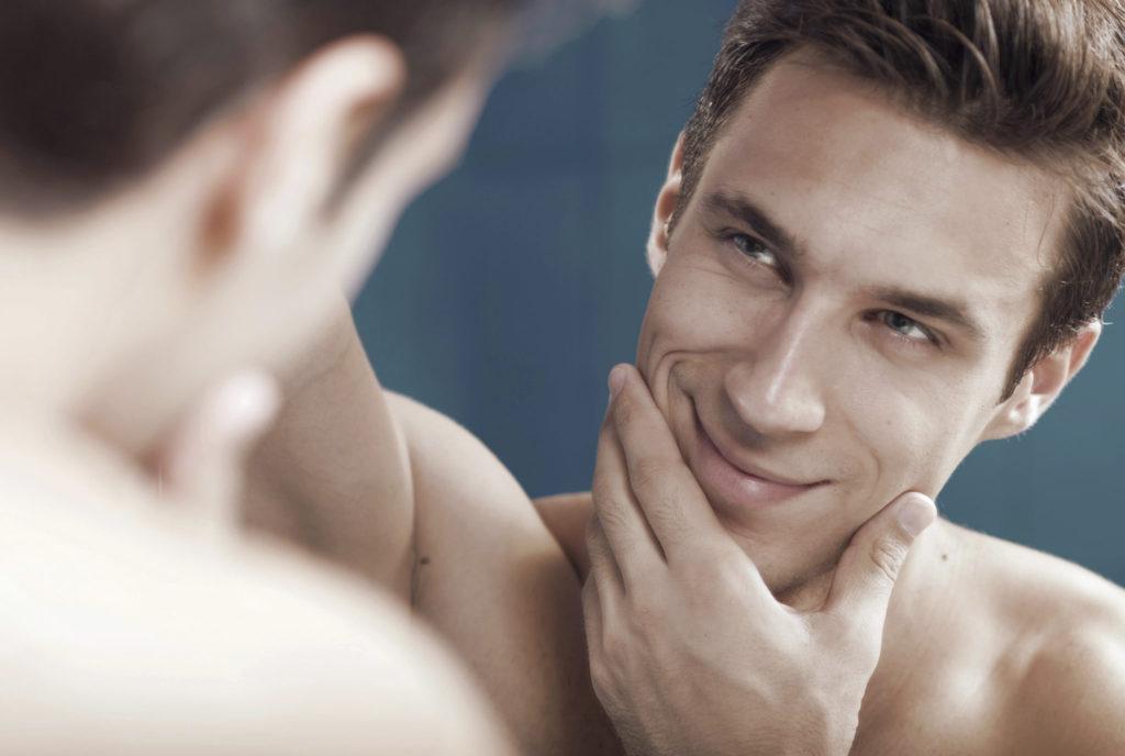 10 dingen die je herkent als je vriend een beetje ijdel is