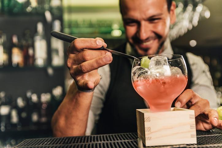 10 redenen waarom je met een barman MOET daten