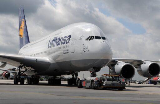 Lufthansa perd 500 millions d'euros par mois et annonce de nouvelles suppressions d'emplois