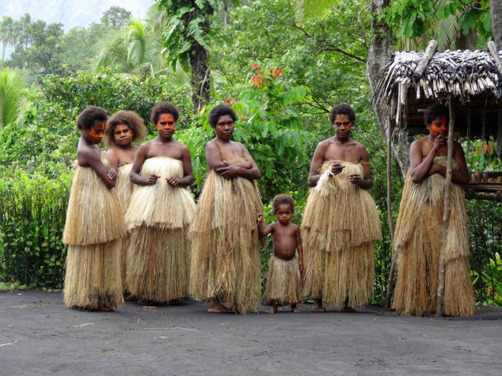 Des Vanuatuans. Le Vanuatu propose aux étrangers d'acheter la citoyenneté vanuatuane.