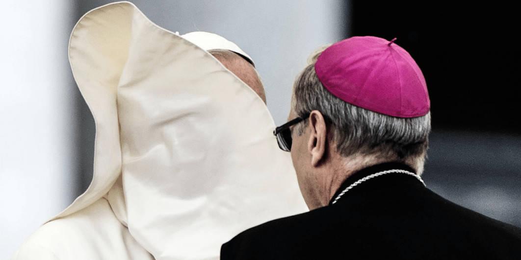 Un coup de vent au Vatican soulève le col du pape François, dissimulant son visage