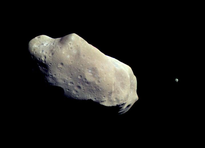 L'astéroïde de la ceinture principale (243) Ida ainsi que sa lune Dactyle. Dactyle est la première lune astéroïdale à avoir été découverte.