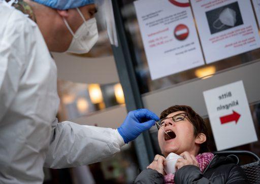 'Veranderingen aan de tong, handen of voetzolen wijzen wellicht op coronabesmetting'
