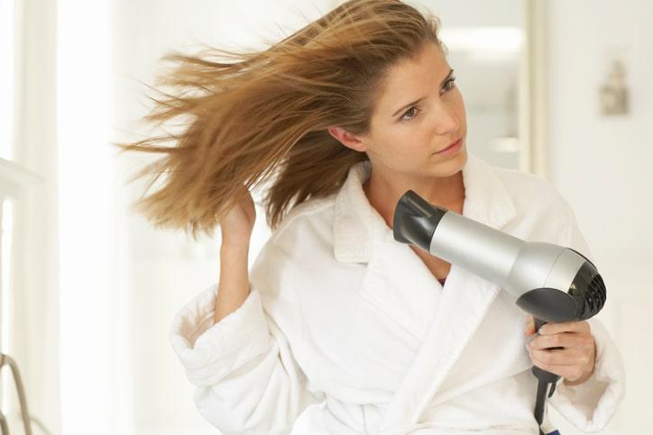 3 manieren om je krulhaar om te toveren in steil haar