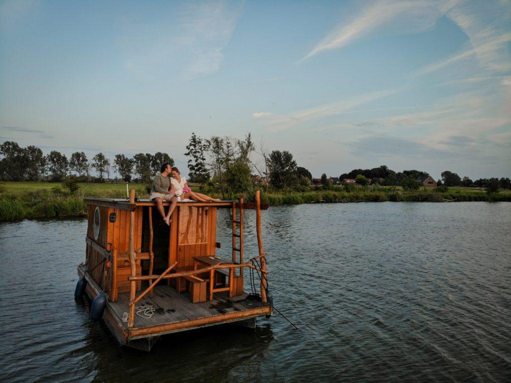 Wegdromen op een varend vlot