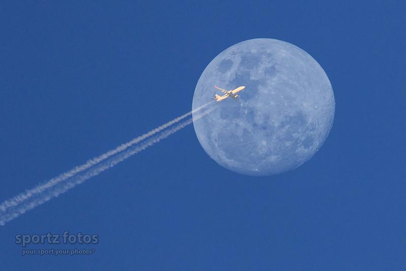 Un avion passe devant la Lune