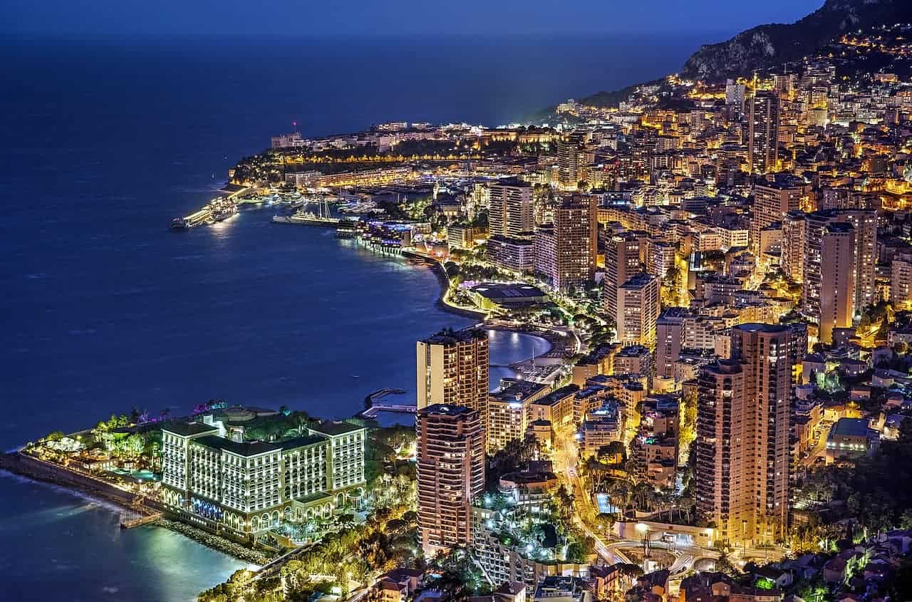 Une image nocturne de Montecarlo, skyline de Monaco.