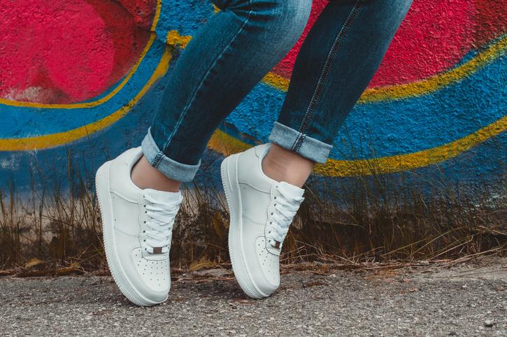 6 tips om witte sneakers weer stralend wit te krijgen