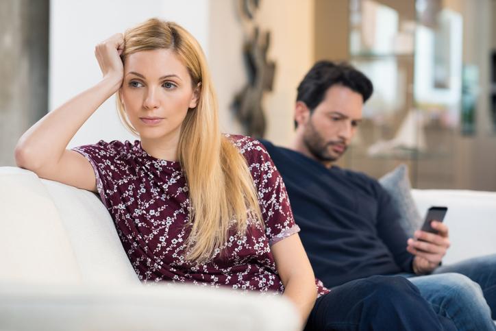 7 signalen die aantonen dat hij jullie relatie niet serieus neemt