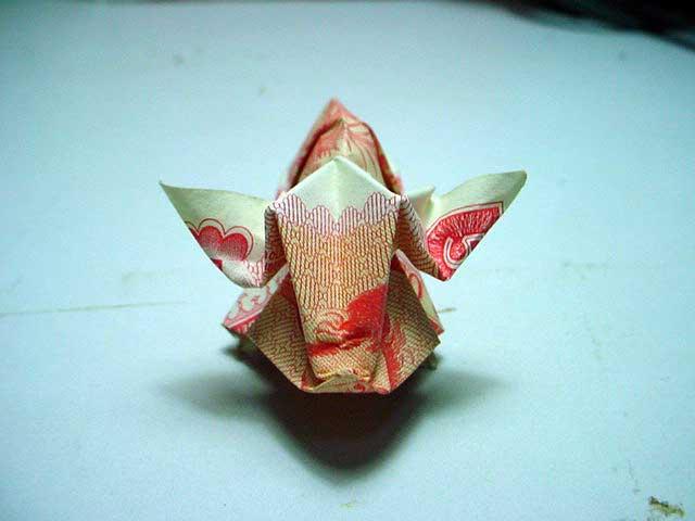 """Un billet du Venezuela est plié en """"origami venezuelano"""""""