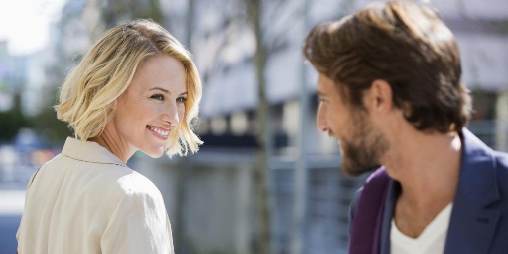 8 flirt technieken die elke vrouw moet kennen