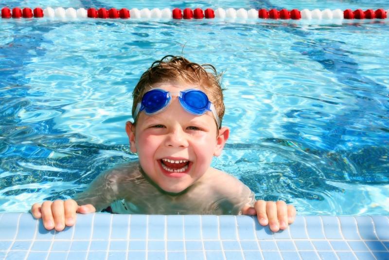 8 tips om veilig te zwemmen met kinderen