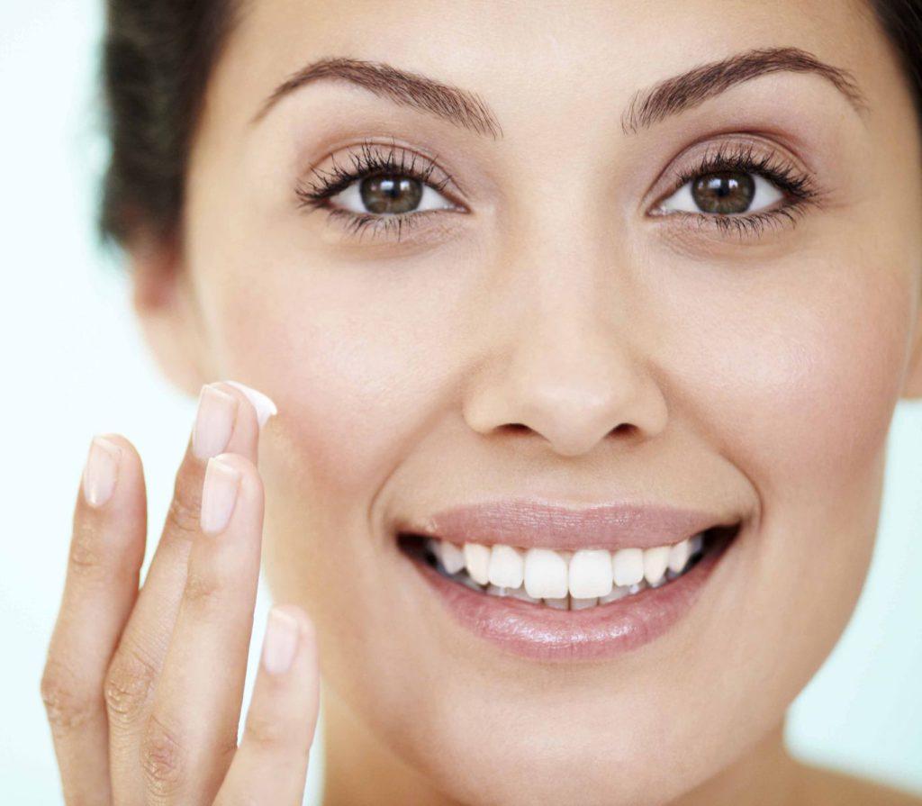9 geheime trucjes van modellen voor een stralende huid