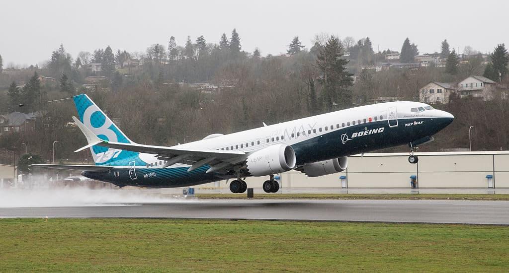 Een vliegtuig van het model Boeing 737 MAX stijgt op.
