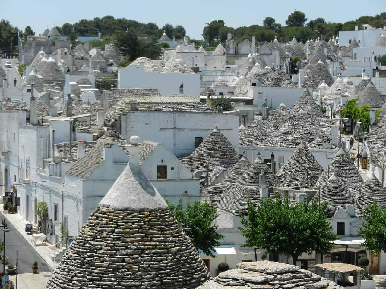 Des maisons blanches ou des trulli à Alberobello, l'un des plus beaux villages italiens.
