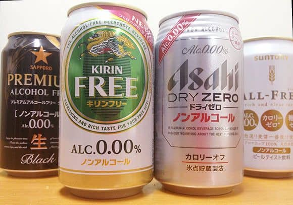 Quatre canettes de bière sans alcool.