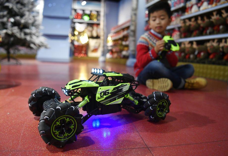 Des jouets déclarés dangereux par l'Union Européenne sont toujours en vente sur Amazon et eBay, présentant un risque pour les enfants.
