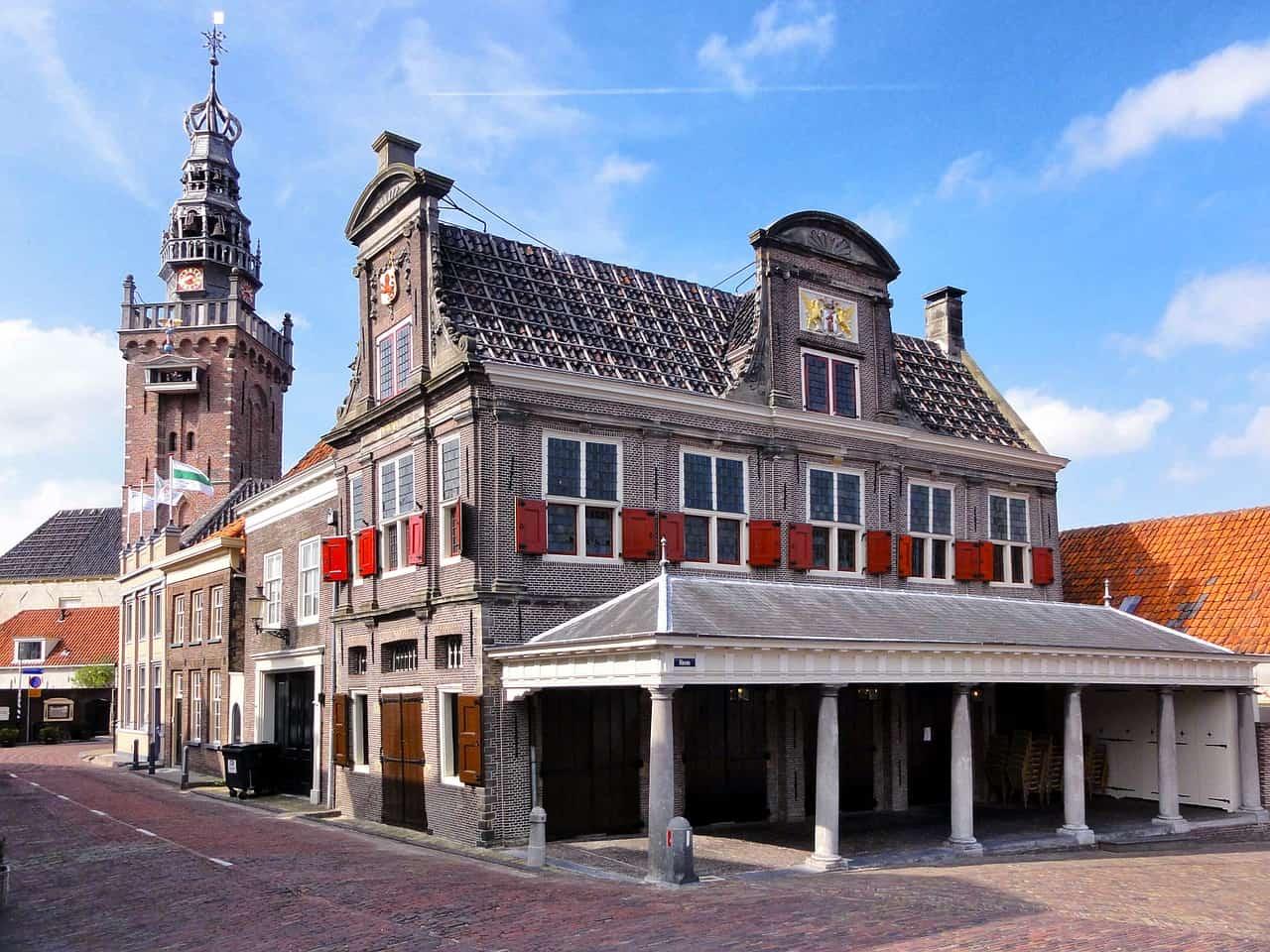 Een gebouw met een afdakje in Appingedam.