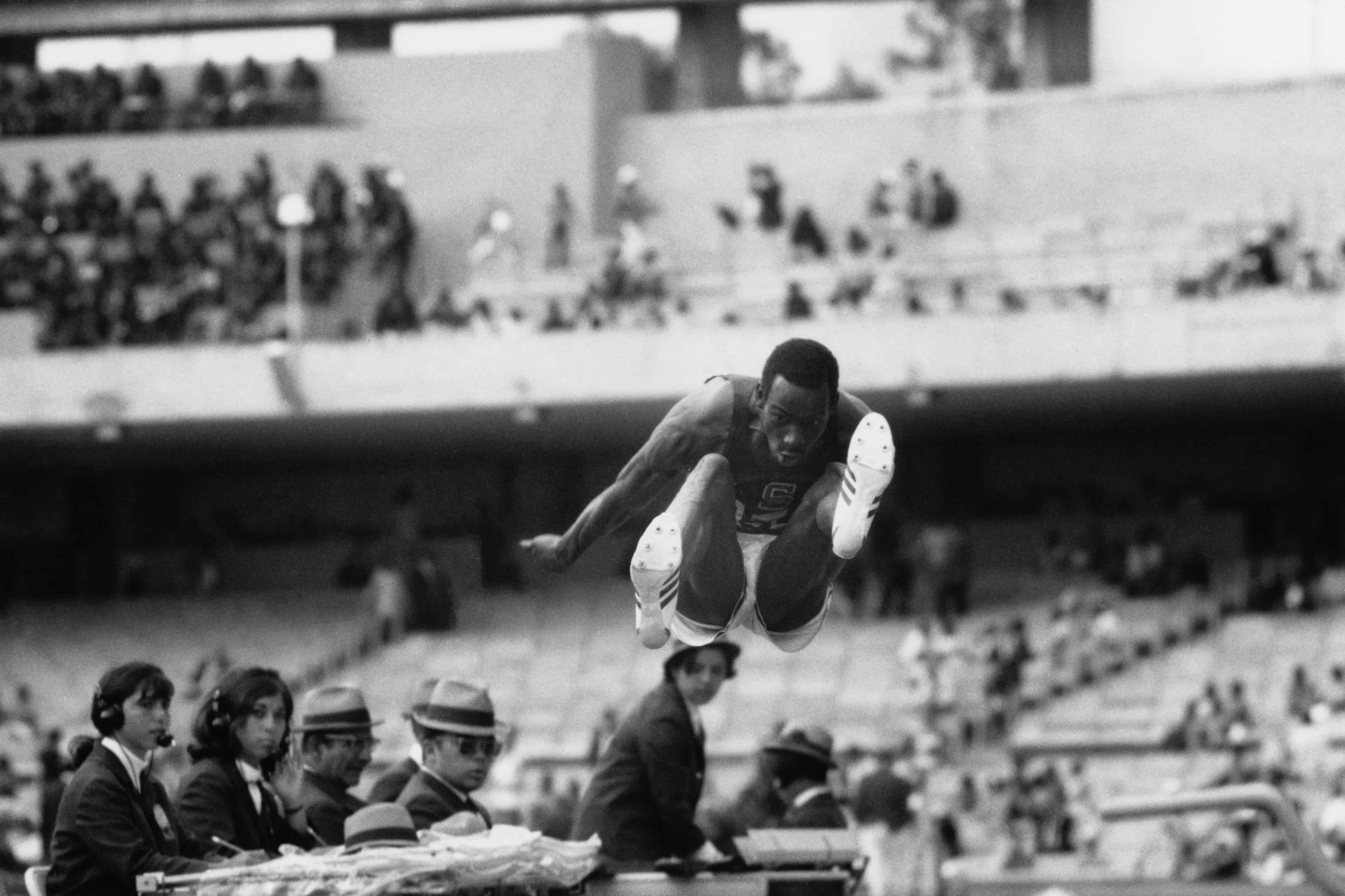 Bob Beamon verbetert het olympisch record verspringen.