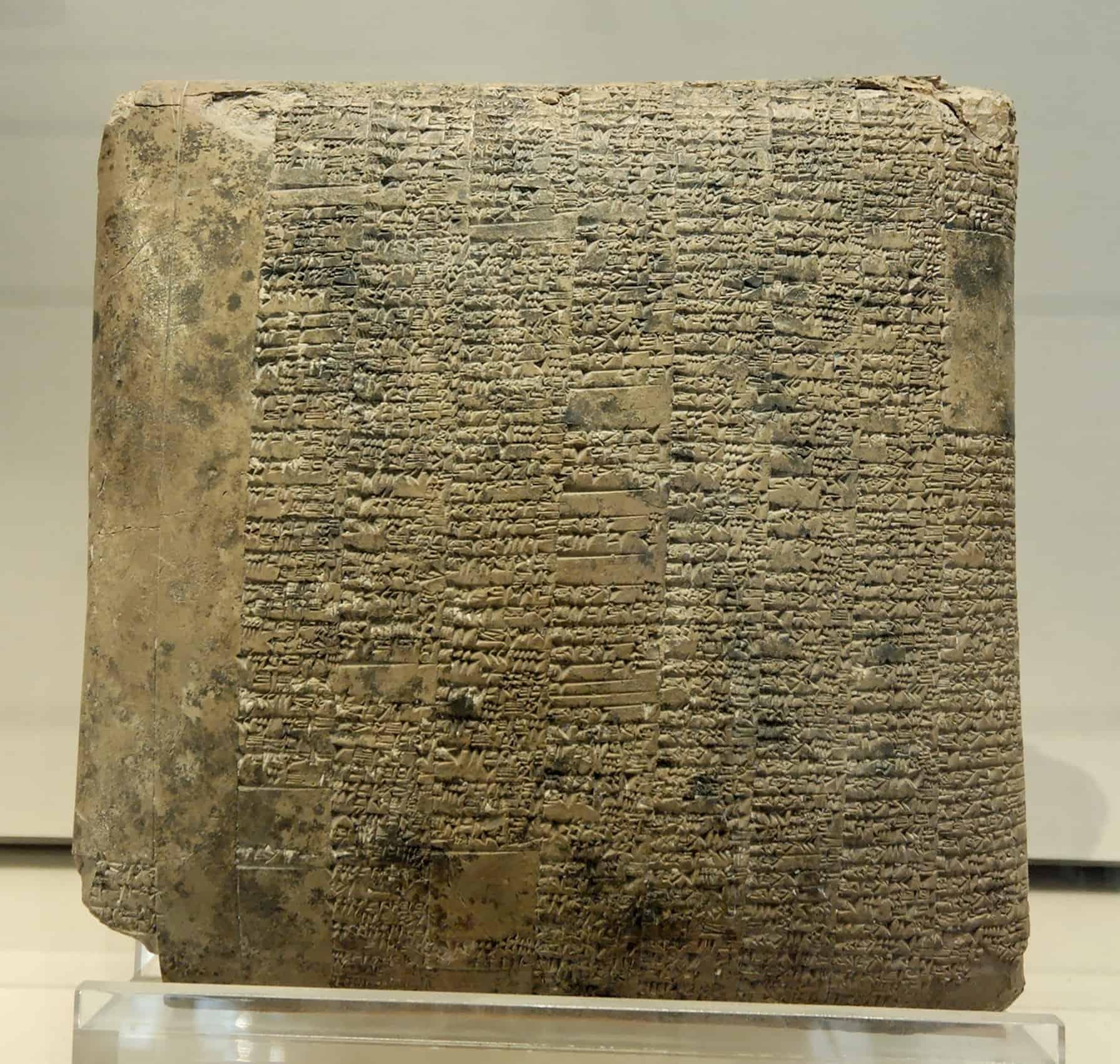 Een oude tablet waarin tekst is gehouwen.