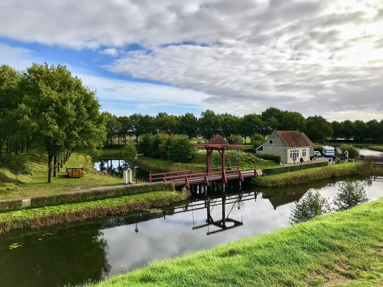 Een rivier en een brug leiden naar Bourtange.