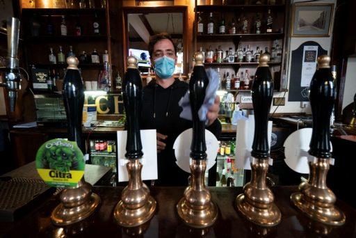 Een verplicht Covid-vaccin voor u een Britse pub of cinema bezoekt?
