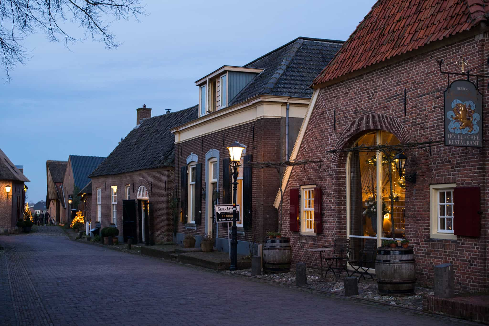Een huisje in de avondschemering in Bronkhorst, een van de mooiste dorpjes van Nederland.
