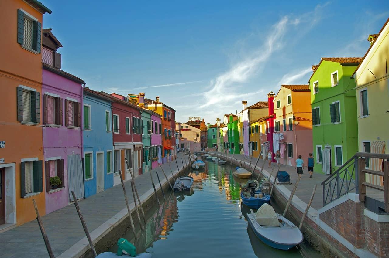 Maisons colorées le long d