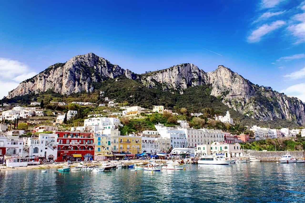 Le port de Capri avec les montagnes en arrière-plan, l
