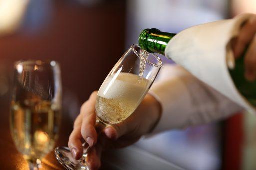 Bestsellerbubbels: het is niet de eerste keer dat we spotgoedkope champagnes in de rekken zien