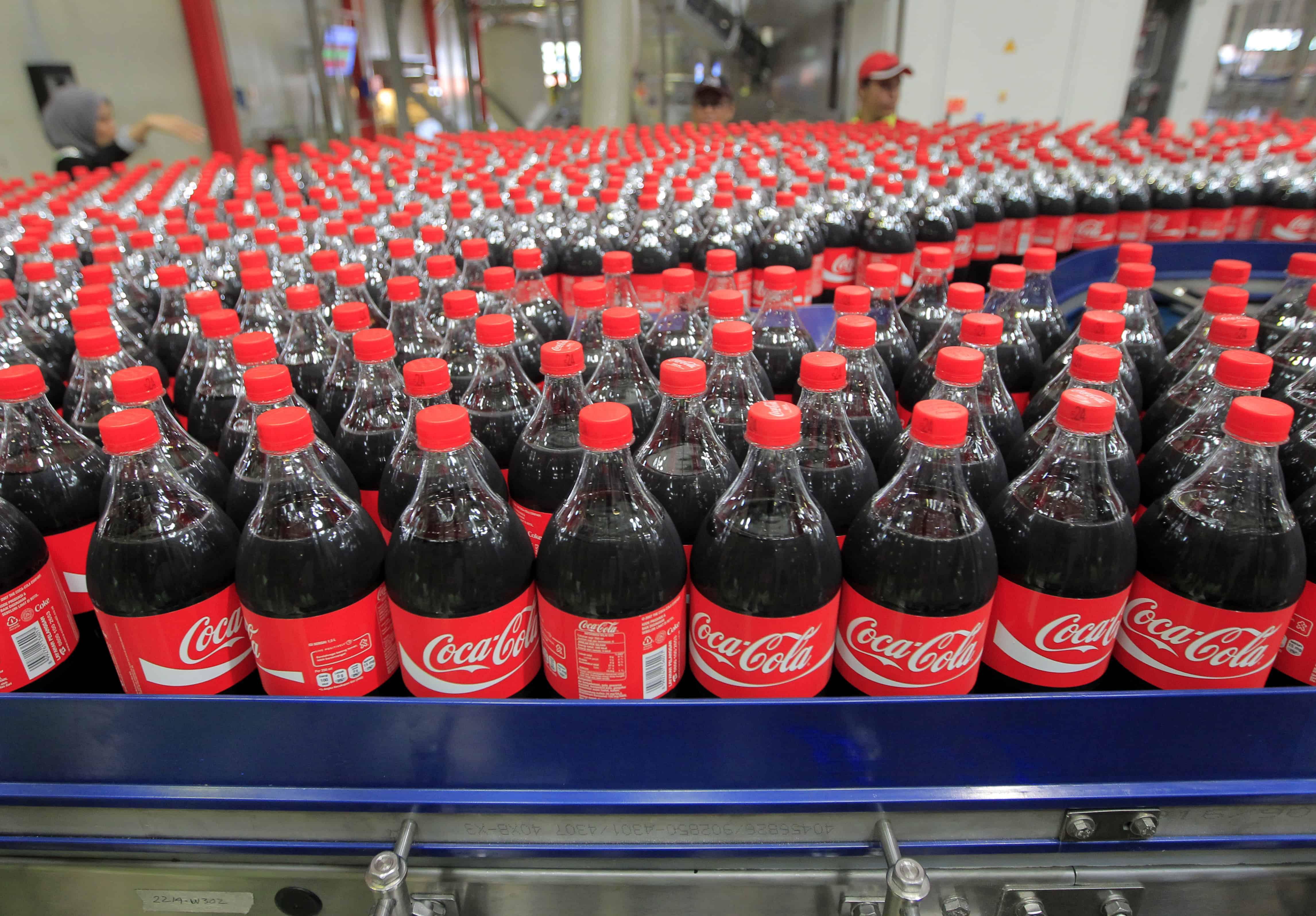 Un grand nombre de bouteilles de Coca-Cola sortent de la ceinture.
