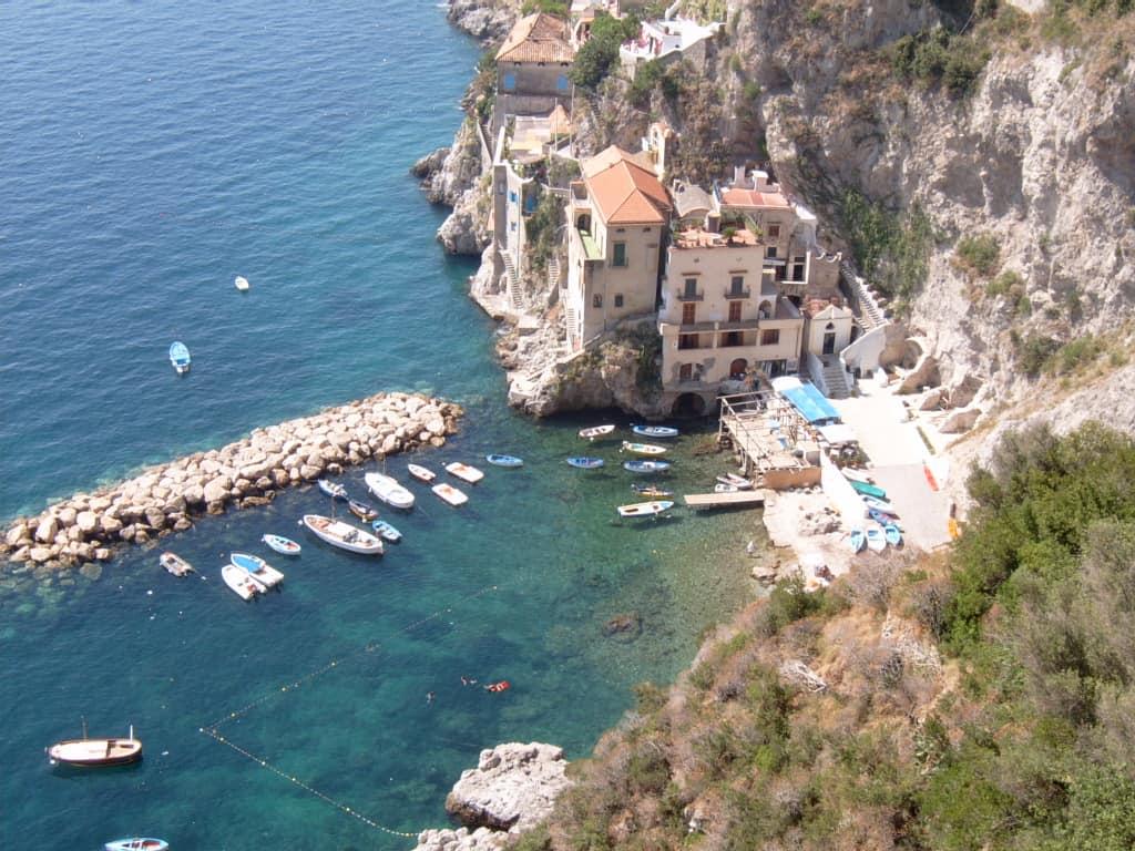 La baie du village de Conca dei Marini.
