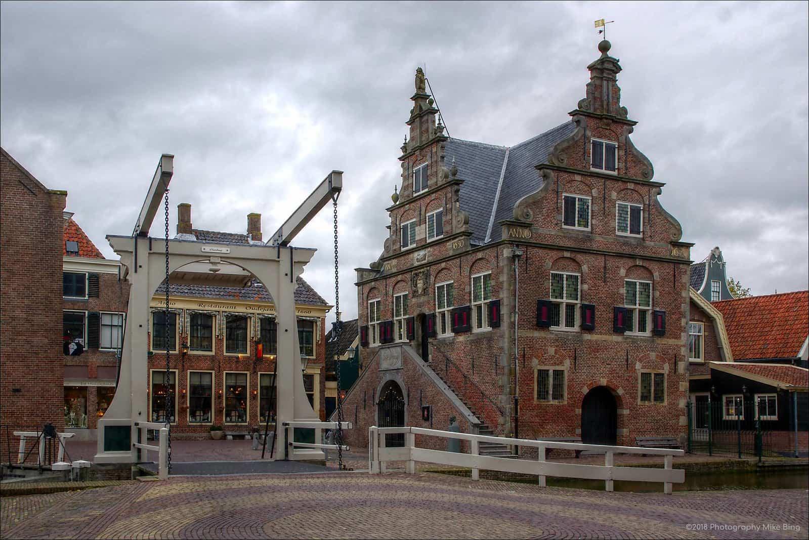 Een ophaalbrug en een historisch gebouw in De Rijp, een van de mooiste Nederlandse dorpjes.