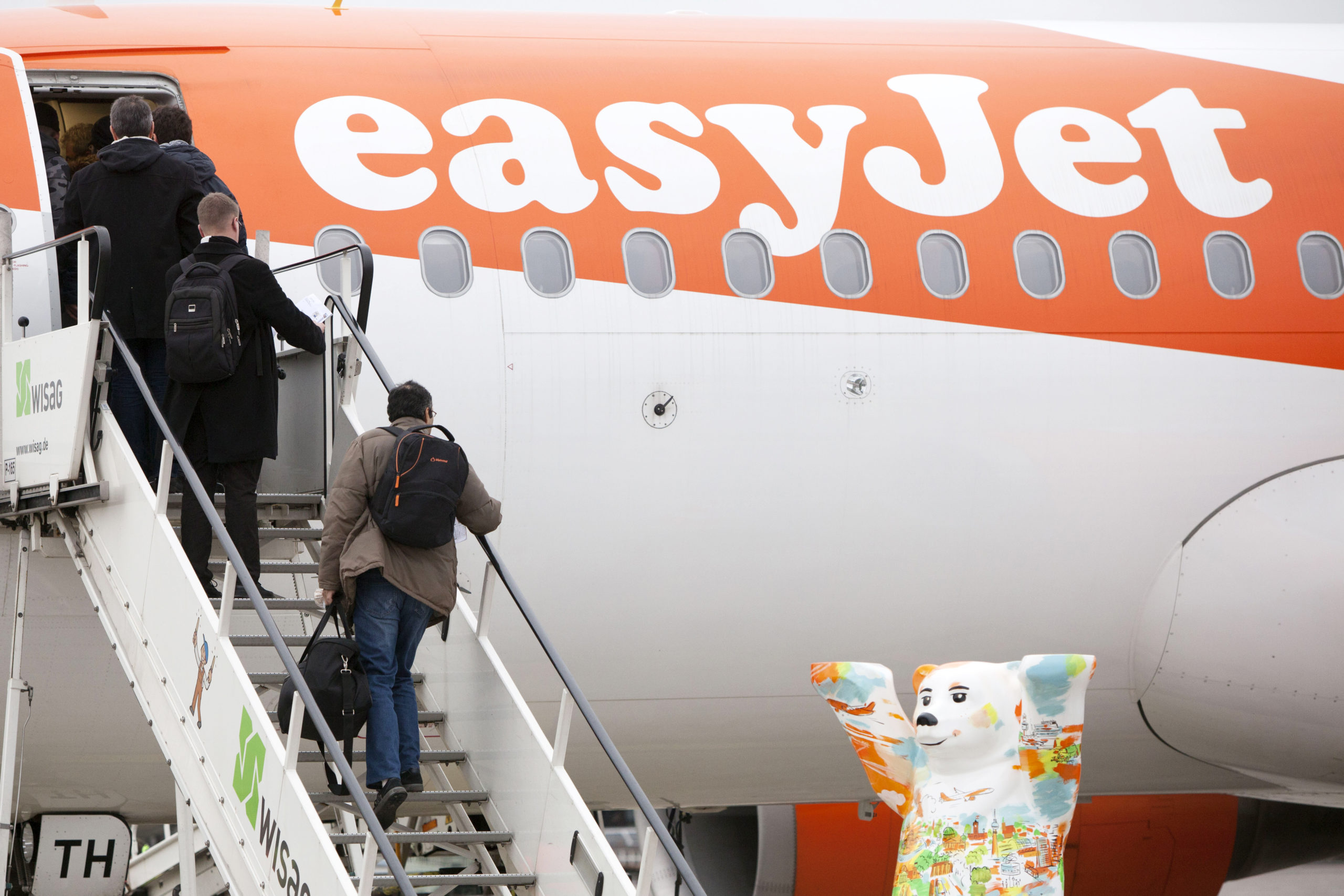 Un officier de police regarde un avion EasyJet.