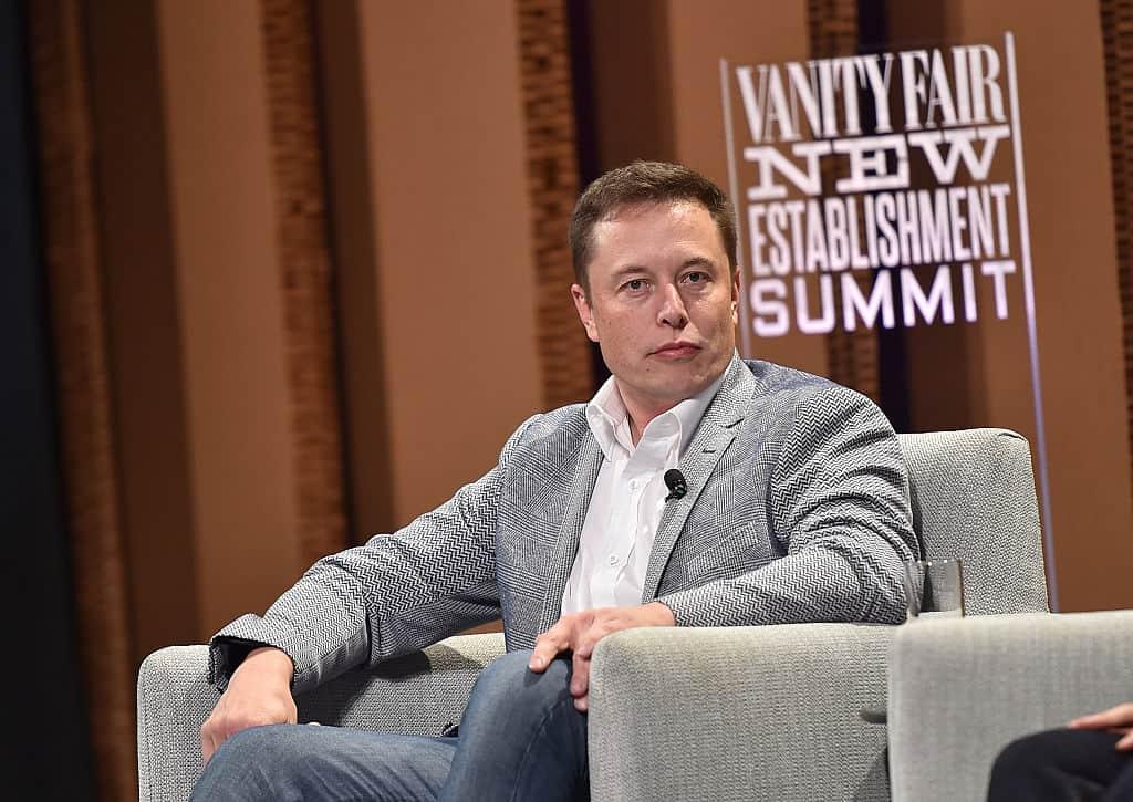 Elon Musk est assis sur un siège lors d