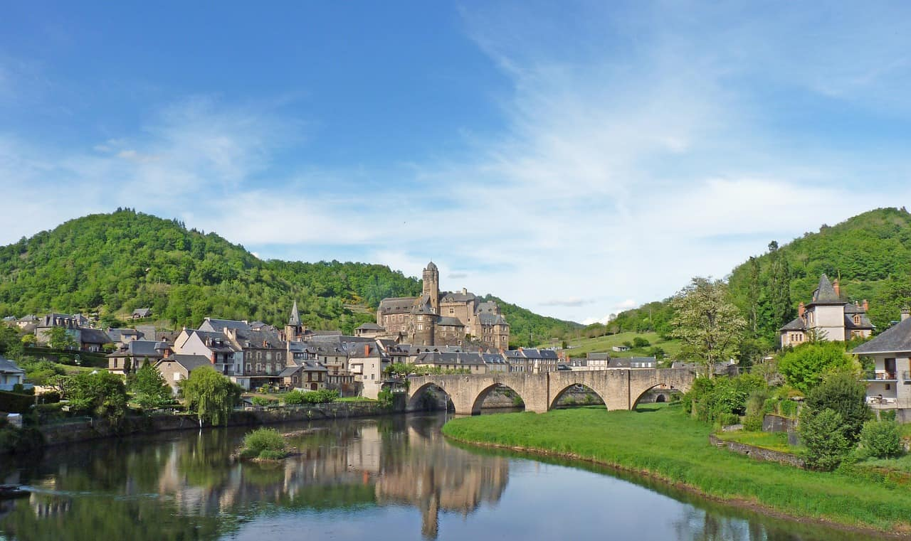 Een brug over het water leidt naar Estaing, een van de mooiste Franse dorpjes.