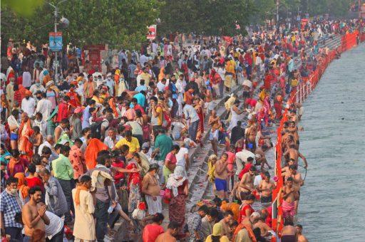 Bijna 170.000 nieuwe coronabesmettingen op één dag in India houden honderdduizenden mensen niet tegen om te baden in de Ganges