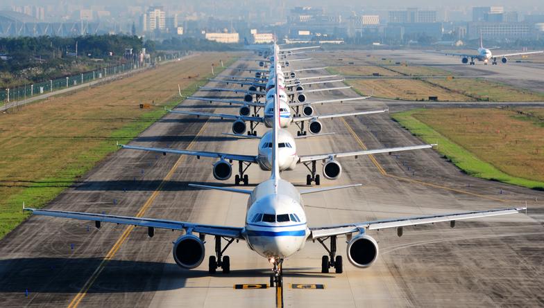 Des avions de ligne attendent leur tour sur la piste pour décoller