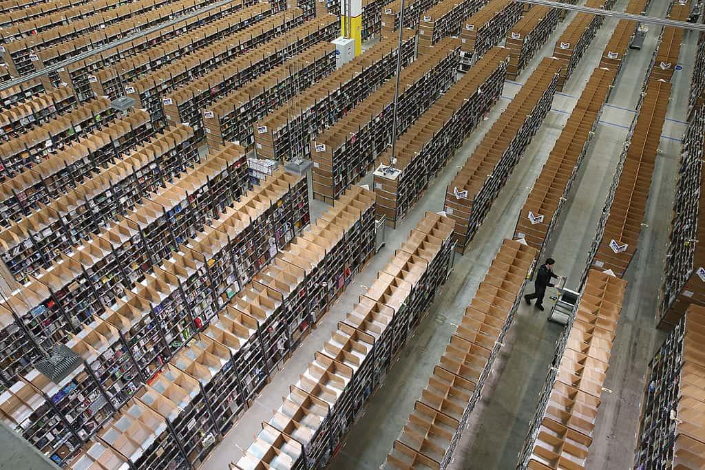 Talloze rijen met goederen in een magazijn van Amazon vanuit de lucht gefilmd.