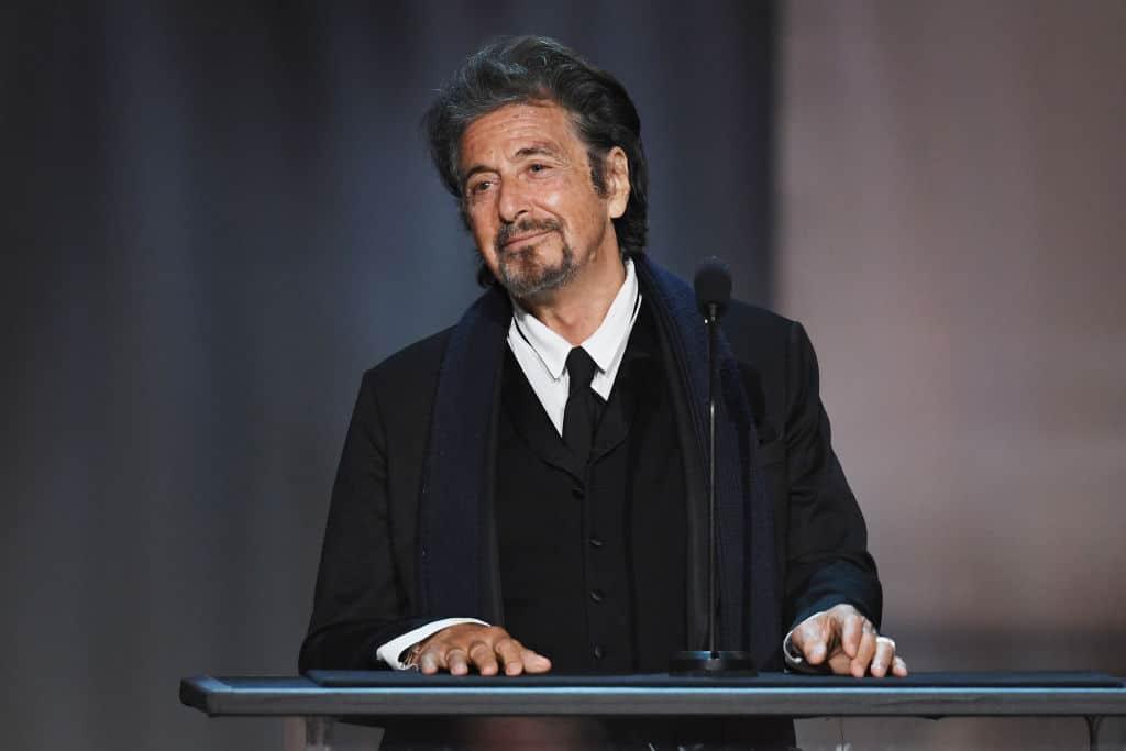 Acteur Al Pacino kijkt in een zwart kostuum tevreden voor zich uit. Was hij ooit het gezicht van Facebook?
