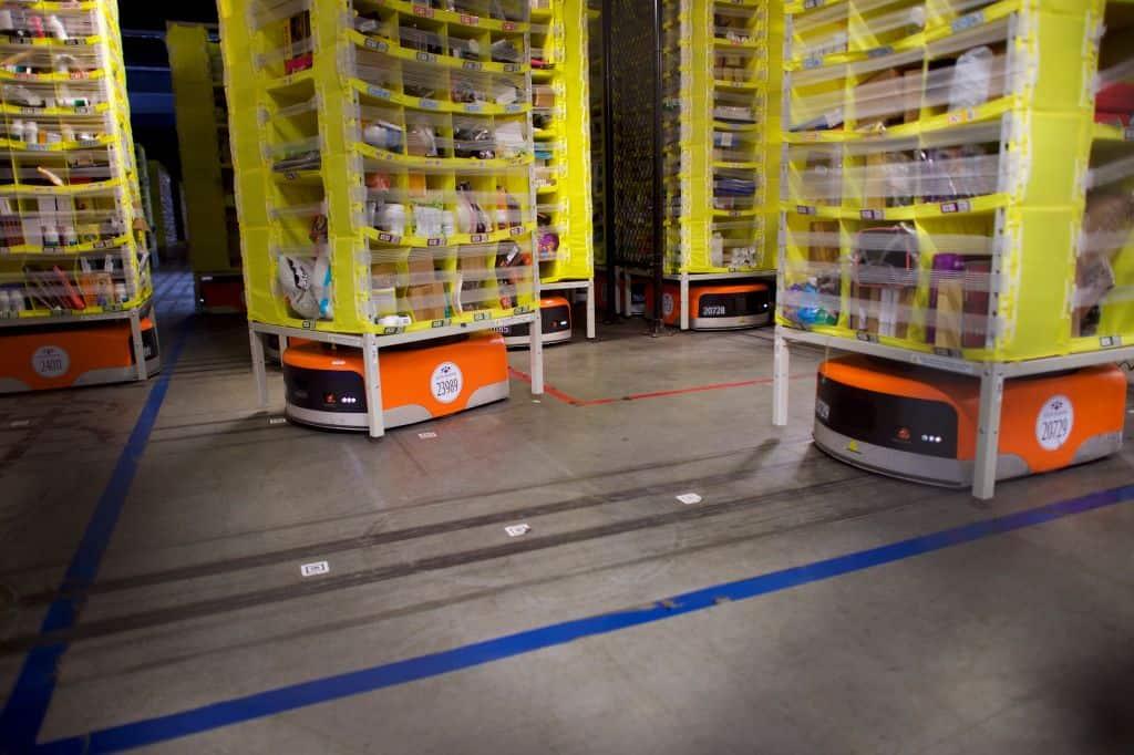 Oranje platte robots drage gele rekken met spullen.