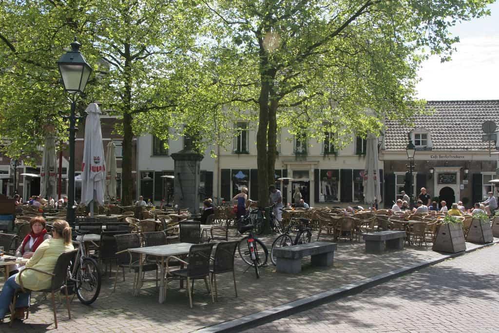 Een terras op een marktje in het Nederlandse Ginneken.
