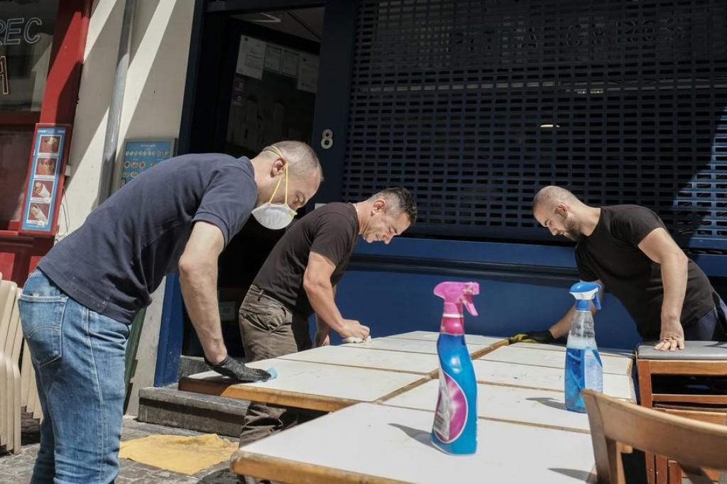 Le personnel a réorganisé les tables pour la réouverture de la restauration. (EPA-EFE/JULIEN WARNAND)
