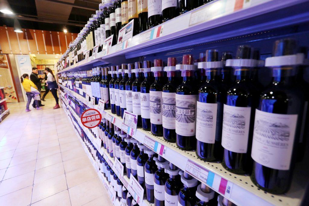 Flessen rode wijn geïmporteerd uit Frankrijk te koop in een Chinese supermarkt