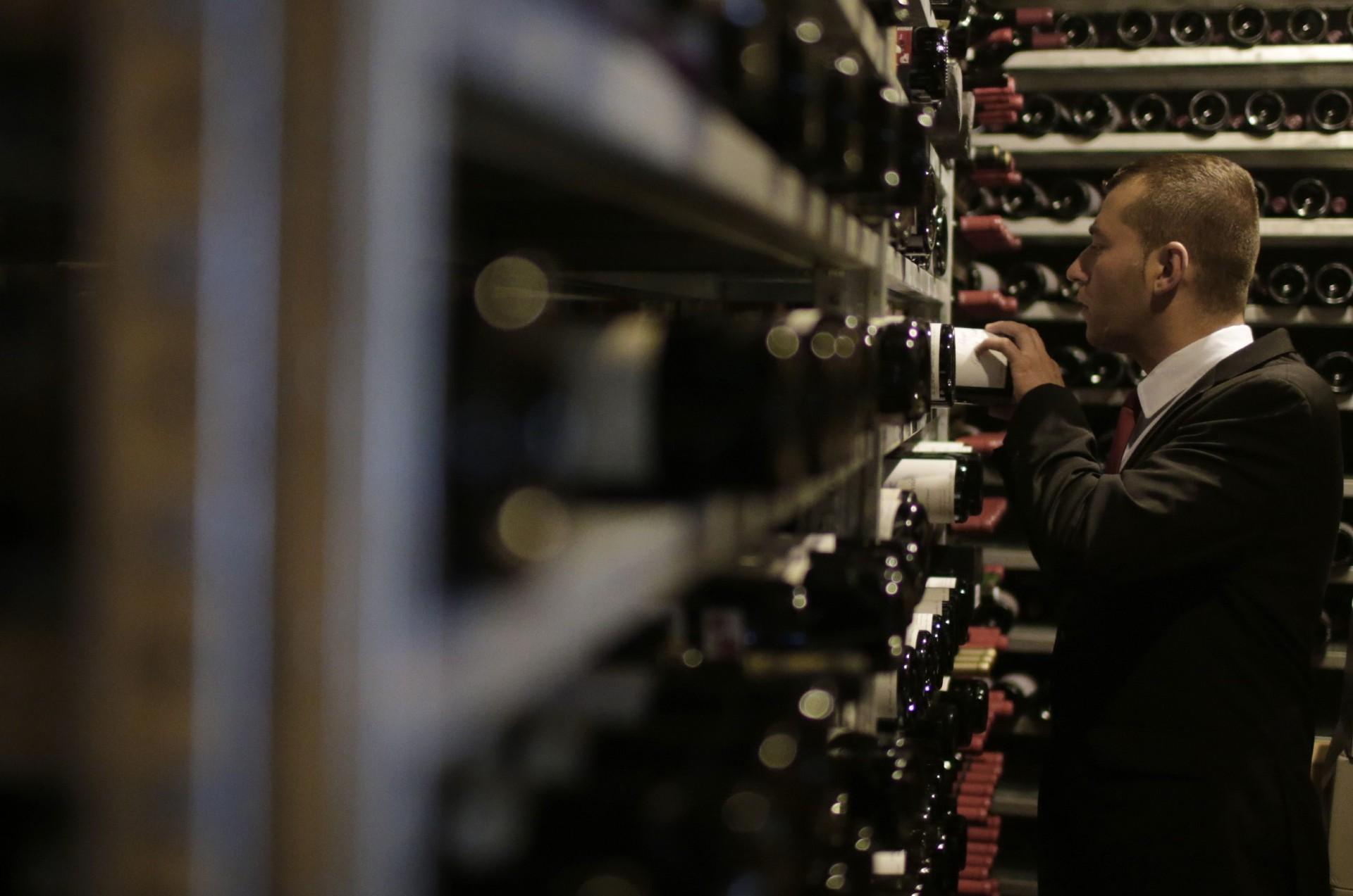 Een sommelier neemt een fles wijn uit de kelder van El Celler de can Roca in Verona