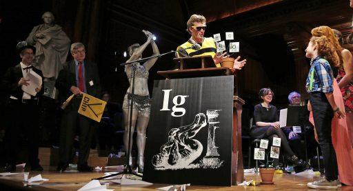 De Ig Nobelprijzen 2020 voor (op het eerste zicht) onzinnig wetenschappelijk onderzoek: belletje trek bij diplomaten, angst voor spinnen en alligators op helium