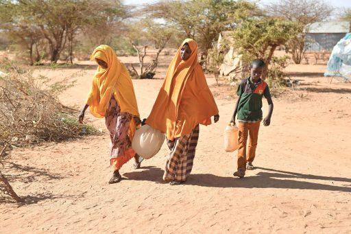 Twee vrouwen gaan water halen in een grensdorp tussen Ethiopië en Somalië