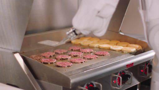 Pour assurer la distanciation sociale dans ses cuisines, une chaîne de fast-food engage des robots pour préparer frites et burgers